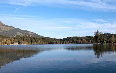 Jezero Schwarzsee u Kitzbühelu
